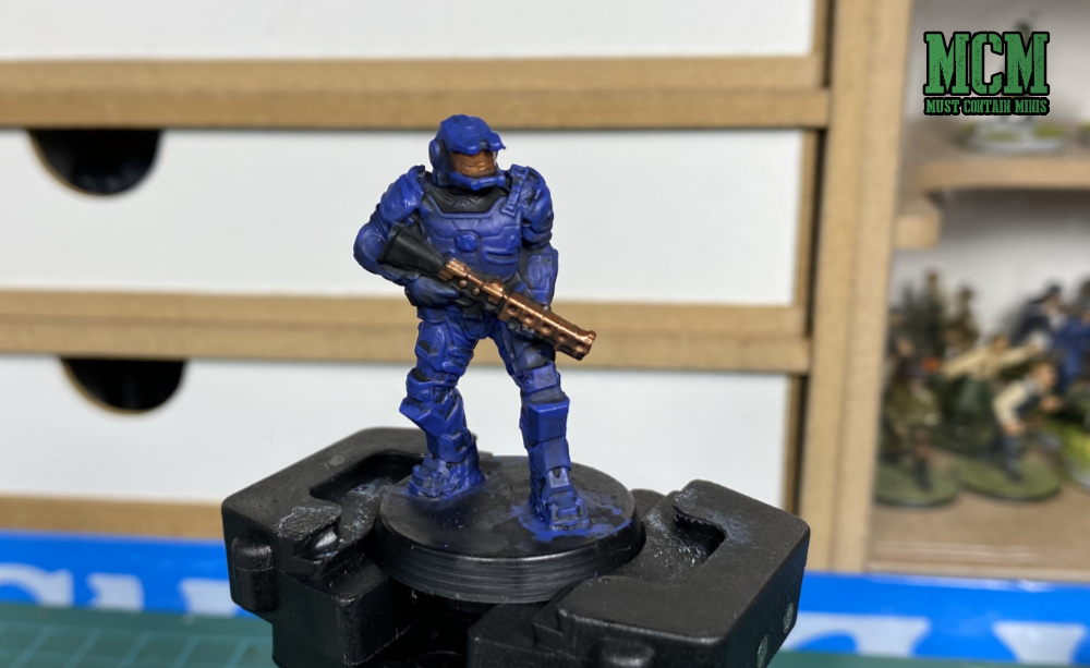 How to paint a Space Marine Miniature - Applying a highlight.